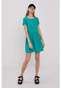 Volcom - Sukienka. Kolor: zielony. Materiał: tkanina. Długość rękawa: krótki rękaw