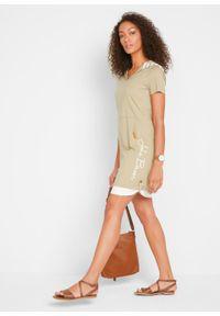 Sukienka shirtowa z krótkim rękawem i kapturem, w optyce dwuwarstwowej bonprix khaki z nadrukiem. Kolor: szary. Długość rękawa: krótki rękaw. Wzór: nadruk