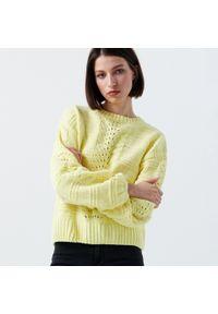 Cropp - Szenilowy sweter z ozdobnym splotem - Żółty. Kolor: żółty. Wzór: ze splotem