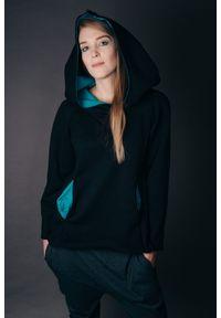 Czarna bluza Hultaj Polski krótka, w kolorowe wzory, z kapturem