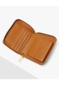 Coccinelle - COCCINELLE - Mały portfel ze skóry Metallic Infilature. Kolor: brązowy. Materiał: skóra