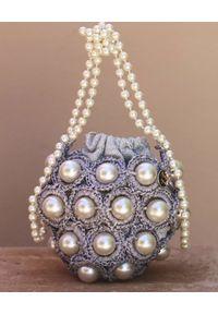 ALAMEDA TURQUESA - Srebrna torebka z perłami Hana. Kolor: srebrny. Wzór: aplikacja. Sezon: lato. Materiał: zdobione. Styl: klasyczny. Rodzaj torebki: na ramię