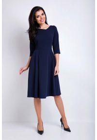 Awama - Granatowa Sukienka Rozkloszowana Midi z Asymetrycznym Dekoltem. Kolor: niebieski. Materiał: poliester, wiskoza, elastan. Typ sukienki: asymetryczne. Długość: midi