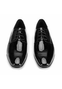 Wittchen - Męskie derby ze skóry lakierowanej. Okazja: na wesele, na ślub cywilny, na spotkanie biznesowe. Nosek buta: otwarty. Kolor: srebrny, wielokolorowy, czarny. Materiał: skóra, lakier. Styl: klasyczny, elegancki, biznesowy