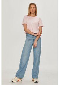 Guess - T-shirt. Okazja: na co dzień. Kolor: różowy. Wzór: nadruk. Styl: casual