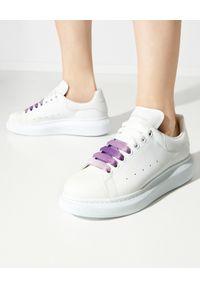 Alexander McQueen - ALEXANDER MCQUEEN - Sneakersy z fioletowymi sznurowadłami ombre. Kolor: biały. Materiał: guma. Szerokość cholewki: normalna. Wzór: gradientowy