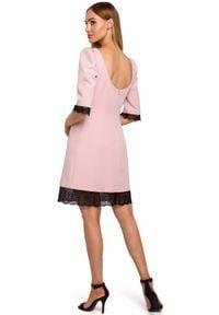 MOE - Elegancka sukienka z dekoltem na plecach koronkowe wykończenia. Typ kołnierza: dekolt na plecach. Materiał: koronka. Długość rękawa: krótki rękaw. Wzór: aplikacja, koronka. Styl: elegancki