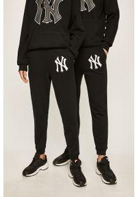 Czarne spodnie dresowe 47 Brand z nadrukiem