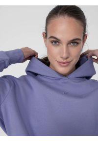 4f - Bluza dresowa nierozpinana z kapturem damska. Okazja: na co dzień. Typ kołnierza: kaptur. Kolor: fioletowy. Materiał: dresówka. Styl: casual