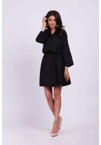 Nommo - Czarna Krótka Rozkloszowana Koszulowa Sukienka w Print. Kolor: czarny. Materiał: wiskoza, poliester. Wzór: nadruk. Typ sukienki: koszulowe. Długość: mini