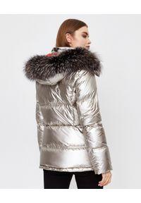 YVES SALOMON PARIS - Metaliczna kurtka puchowa z kapturem. Typ kołnierza: kaptur. Kolor: beżowy. Materiał: puch. Długość rękawa: długi rękaw. Długość: długie. Wzór: aplikacja. Styl: elegancki