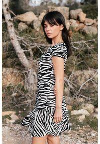 MOE - Biało Czarna Mini Sukienka na Zakładkę w Zwierzęcy Print. Kolor: wielokolorowy, biały, czarny. Materiał: wiskoza. Wzór: motyw zwierzęcy, nadruk. Długość: mini