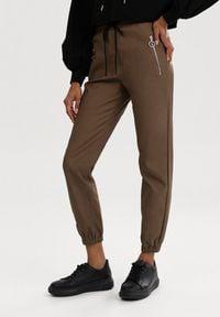 Born2be - Brązowe Spodnie Joggery Mezvia. Kolor: brązowy. Długość: długie. Sezon: jesień, wiosna, zima