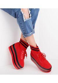 Czerwone buty sportowe R/A bez zapięcia, w kolorowe wzory