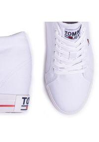 Białe półbuty na koturnie Tommy Jeans na średnim obcasie, casualowe, z cholewką, na co dzień