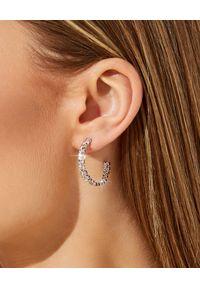 CAROLINE SVEDBOM - Kolczyki z różowymi kryształami Kaia. Kolor: srebrny. Wzór: aplikacja. Kamień szlachetny: kryształ