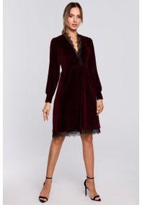 e-margeritka - Sukienka welurowa elegancka z koronką bordowa - xl. Okazja: na sylwestra. Kolor: czerwony. Materiał: welur, koronka. Wzór: koronka. Typ sukienki: rozkloszowane. Styl: elegancki. Długość: midi