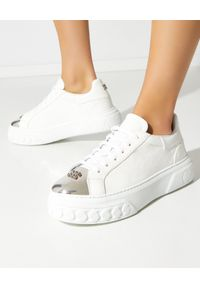 Casadei - CASADEI - Sneakersy Off Road New Cult. Nosek buta: okrągły. Kolor: biały. Materiał: lakier. Wzór: napisy, aplikacja