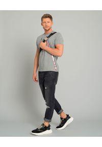 MONCLER - Szara koszulka z logo. Kolor: szary. Materiał: bawełna, jeans, wełna. Wzór: aplikacja