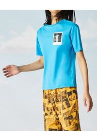Lacoste - LACOSTE - Niebieski t-shirt z polaroidowym nadrukiem. Kolor: niebieski. Materiał: jersey, bawełna. Długość: długie. Wzór: nadruk. Sezon: wiosna, lato