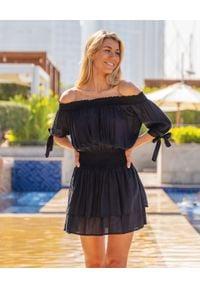CAHA CAPO - Czarna sukienka mini Florence. Typ kołnierza: kokarda. Kolor: czarny. Materiał: wiskoza. Typ sukienki: plisowane. Długość: mini