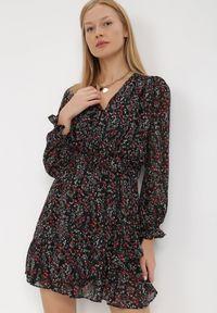 Born2be - Czarna Sukienka Thaeliera. Kolor: czarny. Materiał: tkanina, materiał. Wzór: kwiaty, aplikacja. Typ sukienki: kopertowe. Długość: mini