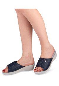 Niebieskie klapki Inblu w kolorowe wzory