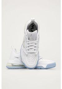 Białe sneakersy Jordan na sznurówki, z okrągłym noskiem, z cholewką