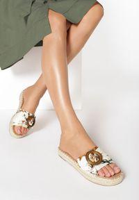 Born2be - Beżowe Kwieciste Klapki Boligonia. Nosek buta: okrągły. Kolor: beżowy. Wzór: aplikacja. Obcas: na platformie. Styl: wakacyjny