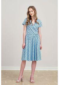 Marie Zélie - Sukienka Larissa błękitna w kropki krótki rękaw. Typ kołnierza: dekolt kopertowy. Kolor: niebieski. Materiał: bawełna, dzianina, materiał, elastan, skóra. Długość rękawa: krótki rękaw. Wzór: kropki. Typ sukienki: kopertowe