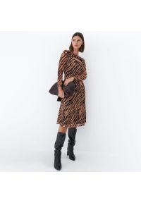 Mohito - Midi sukienka w zwierzęcy wzór - Beżowy. Kolor: beżowy. Wzór: motyw zwierzęcy. Długość: midi