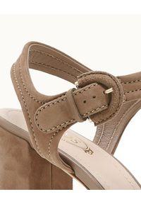 TOD'S - Beżowe sandały na słupku. Zapięcie: pasek. Kolor: brązowy. Materiał: zamsz. Wzór: kwiaty, paski. Obcas: na słupku. Styl: klasyczny. Wysokość obcasa: wysoki