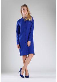 Niebieska sukienka wizytowa Nommo z koszulowym kołnierzykiem, koszulowa
