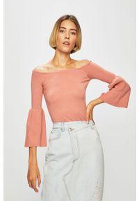 Różowy sweter Guess Jeans z dekoltem w łódkę, raglanowy rękaw