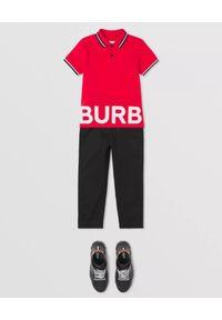 BURBERRY CHILDREN - Czerwona koszulka polo z nadrukiem 4 -14 lat. Typ kołnierza: polo. Kolor: czerwony. Materiał: bawełna. Długość rękawa: krótki rękaw. Wzór: nadruk. Sezon: lato. Styl: klasyczny