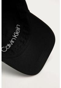 Czarna czapka z daszkiem Calvin Klein z nadrukiem