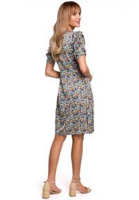 MOE - Trapezowa sukienka w kwiaty dekolt V i marszczone rękawy. Materiał: tkanina, elastan. Wzór: kwiaty. Sezon: wiosna. Typ sukienki: trapezowe