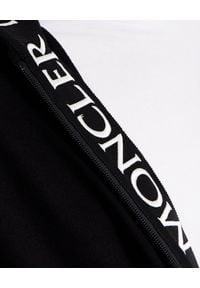 MONCLER - Czarna bluza z nadrukiem z logo. Typ kołnierza: kaptur. Kolor: czarny. Materiał: dresówka, jeans, bawełna. Długość rękawa: długi rękaw. Długość: długie. Wzór: nadruk. Styl: klasyczny
