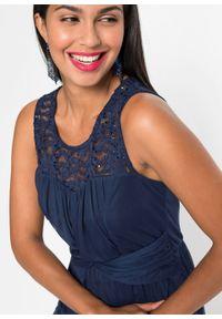 Niebieska sukienka bonprix w koronkowe wzory