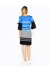 CRISTINAEFFE - Sukienka mini z białe paski. Okazja: do pracy. Typ kołnierza: kokarda. Kolor: czarny. Wzór: paski. Długość: mini