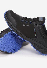 Born2be - Czarno-Niebieskie Buty Sportowe Jhaerithe. Wysokość cholewki: przed kostkę. Nosek buta: okrągły. Kolor: czarny. Materiał: materiał. Szerokość cholewki: normalna. Wzór: aplikacja. Sport: turystyka piesza