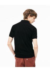Lacoste - LACOSTE - Czarny t-shirt polo z logo. Typ kołnierza: polo. Kolor: czarny. Materiał: prążkowany, bawełna. Wzór: haft. Styl: klasyczny