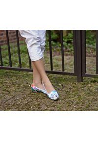 Zapato - klasyczne baleriny z frędzlami - skóra naturalna - model 009 – motyw kwiatowy. Okazja: do pracy. Nosek buta: okrągły. Materiał: skóra. Wzór: kwiaty. Obcas: na obcasie. Styl: klasyczny. Wysokość obcasa: niski