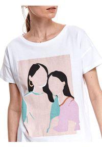 TOP SECRET - Luźny t-shirt z nadrukiem. Okazja: na co dzień. Kolor: biały. Materiał: tkanina, bawełna. Długość rękawa: krótki rękaw. Długość: krótkie. Wzór: nadruk. Sezon: wiosna. Styl: klasyczny, wakacyjny, casual