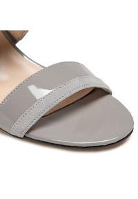 Szare sandały sagan