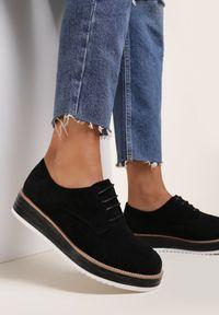 Renee - Czarne Półbuty Astrymes. Nosek buta: okrągły. Kolor: czarny. Szerokość cholewki: normalna. Obcas: na platformie