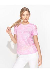 Ice Play - ICE PLAY - Różowy t-shirt we wzory. Kolor: wielokolorowy, fioletowy, różowy. Materiał: materiał, bawełna. Wzór: aplikacja, nadruk. Styl: klasyczny