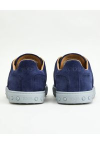 TOD'S - Niebieskie sneakersy z zamszu. Nosek buta: okrągły. Kolor: niebieski. Materiał: zamsz. Wzór: haft. Obcas: na płaskiej podeszwie
