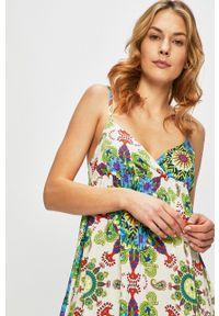Desigual - Sukienka plażowa. Okazja: na plażę. Kolor: biały. Materiał: tkanina. Długość rękawa: na ramiączkach