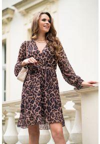 Merribel - Zwiewna kopertowa sukienka w Panterkę. Materiał: poliester. Wzór: motyw zwierzęcy. Typ sukienki: kopertowe